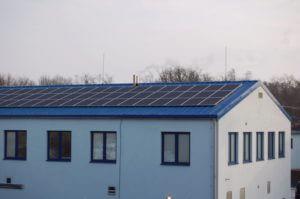 Fotovoltaické panely na střeše budovy v areálu TEDOM Výčapy